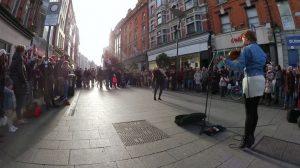 Violinista faz platéia dançar nas ruas de Dublin