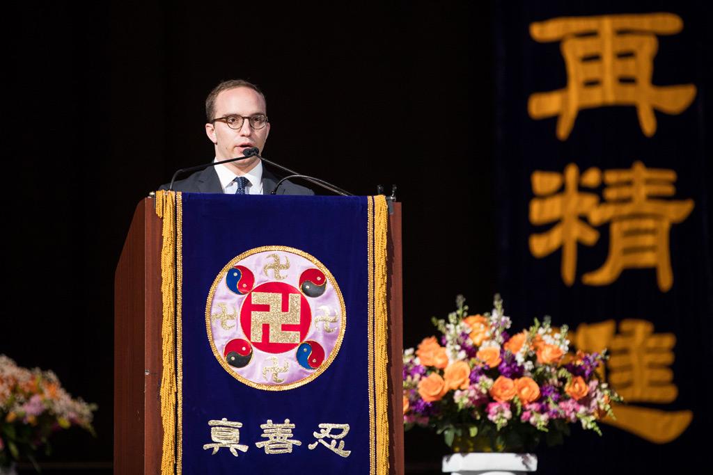 Ben Maloney fala sobre sua experiência de praticar a disciplina espiritual do Falun Gong, na Capital One Arena, em Washington, em 21 de junho de 2018 (Edward Dye/The Epoch Times)