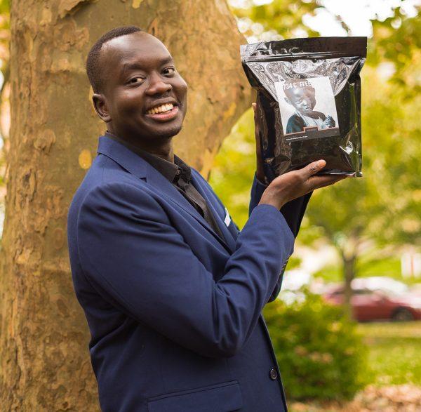 Kher com um saco de 734 café. (Cortesia de Cindy Hamilton)