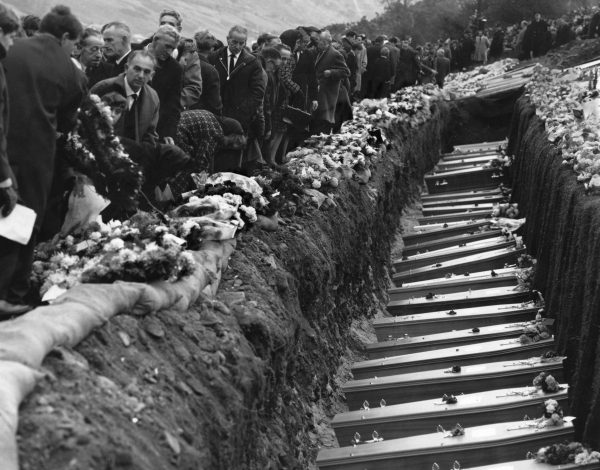 Habitantes da aldeia galesa de Aberfan participam do funeral em massa de crianças e adultos que morreram quando um deslizamento de terra tomou conta da escola (George Freston / Getty Images)