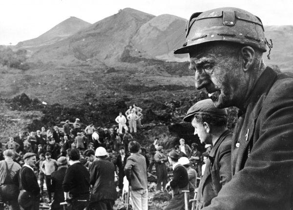 Homens realizam resgate no local da Escola Júnior Pantglas em Aberfan, Gales do Sul, onde uma mina de carvão desmoronou matando mais de 190 crianças e seus professores (Keystone/Getty Images)