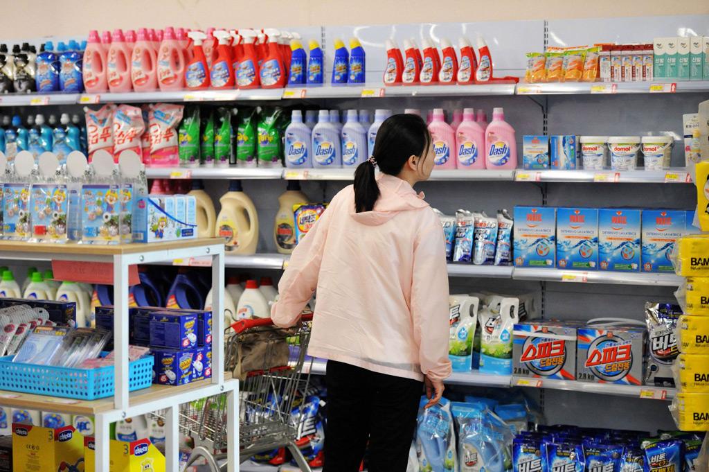 Uma cliente confere itens importados num mercado na cidade de Qingdao, província de Shandong, em 1º de junho de 2018 (AFP/Getty Images)