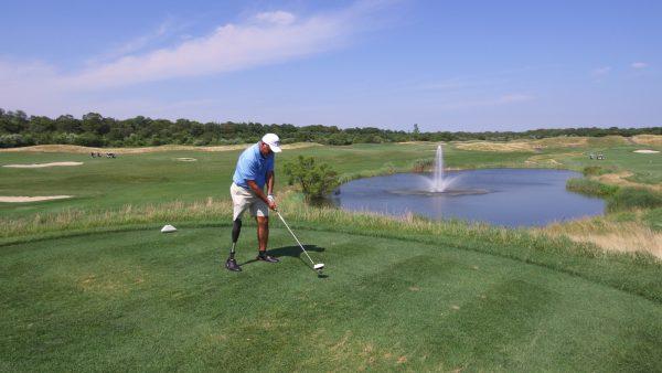 Bastian jogando golfe (Cortesia de Dan Bastian)