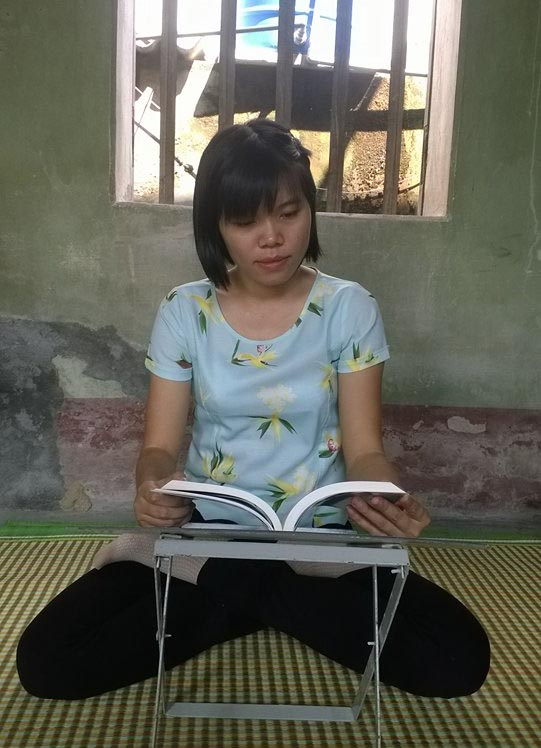 "Nguyet lendo o livro ""Zhuan Falun"" (Dang Thi Nguyet)"