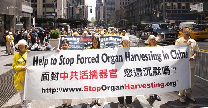 Praticantes do Falun Gong se reúnem em Nova York no Dia do Falun Dafa em 13 de maio de 2015