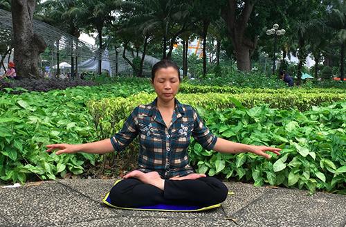 Toda manhã ela ainda acorda cedo e faz leite de soja para poder vender no mercado. De tarde, ela pratica os cinco exercícios do Falun Dafa junto com outros praticantes no parque (DKN.tv)