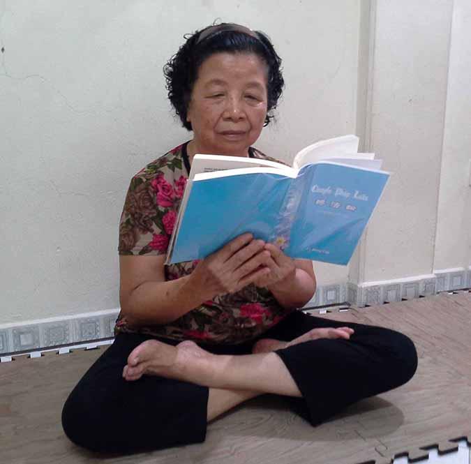 Van lendo o livro Zhuan Falun (DKN.tv)