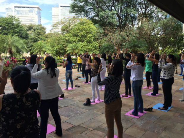 Praticantes apresentam a prática dos exercícios (Minghui.org)