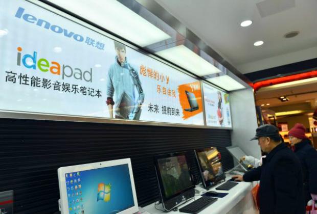Clientes chineses testam computadores em uma loja da Lenovo em Hangzhou, província de Zhejiang, em 2 de fevereiro de 2014 (Str/AFP/Getty Images)