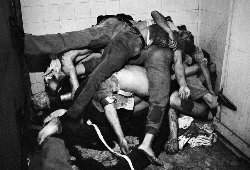 Pequim, China, 1989: corpos empilhados das vítimas do massacre (Dario Mitidieri/Getty Images)