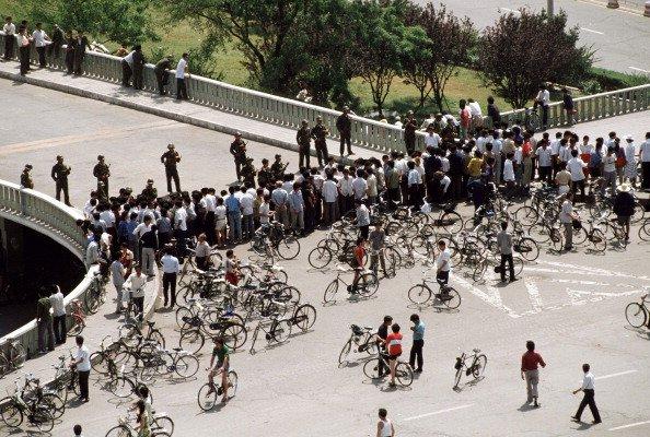 Pequim, China — 04/06/1989: ao final do movimento pró-democrático na China, soldados chineses bloqueiam a passagem na Avenida Changan que conduz à Praça Tiananmen, onde o regime comunista havia realizado sua repressão brutal final contra os manifestantes algumas horas antes (Peter Charlesworth/LightRocket/Getty Images)
