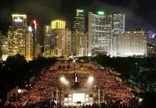 Hong Kong — 4 de junho: milhares de pessoas se reúnem em Victoria Park para prestar homenagens no 25º aniversário dos protestos da Praça Tiananmen com uma vigília à luz de velas em 4 de junho de 2014, em Hong Kong (Jessica Hromas/Getty Images)