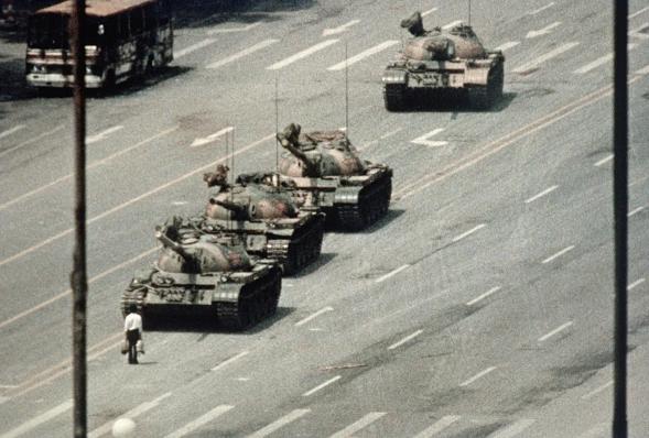 Manifestante em Pequim tenta bloquear a passagem de um comboio de tanques na Avenida da Paz Eterna perto da Praça Tiananmen. Durante semanas, as pessoas protestaram pedindo liberdade de expressão e liberdade de imprensa para o regime chinês (Bettmann/Getty Images)