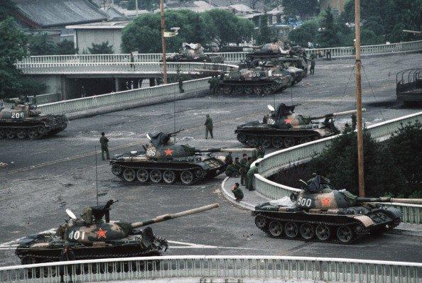 Pequim, China — 04/06/1989: no fim do movimento pró-democrático na China, um grupo de tanques do exército chinês obstruiu passagem na Avenida Changan que leva à Praça Tiananmen, onde poucas horas antes o regime comunista atacou brutalmente os manifestantes (Peter Charlesworth/LightRocket/Getty Images)