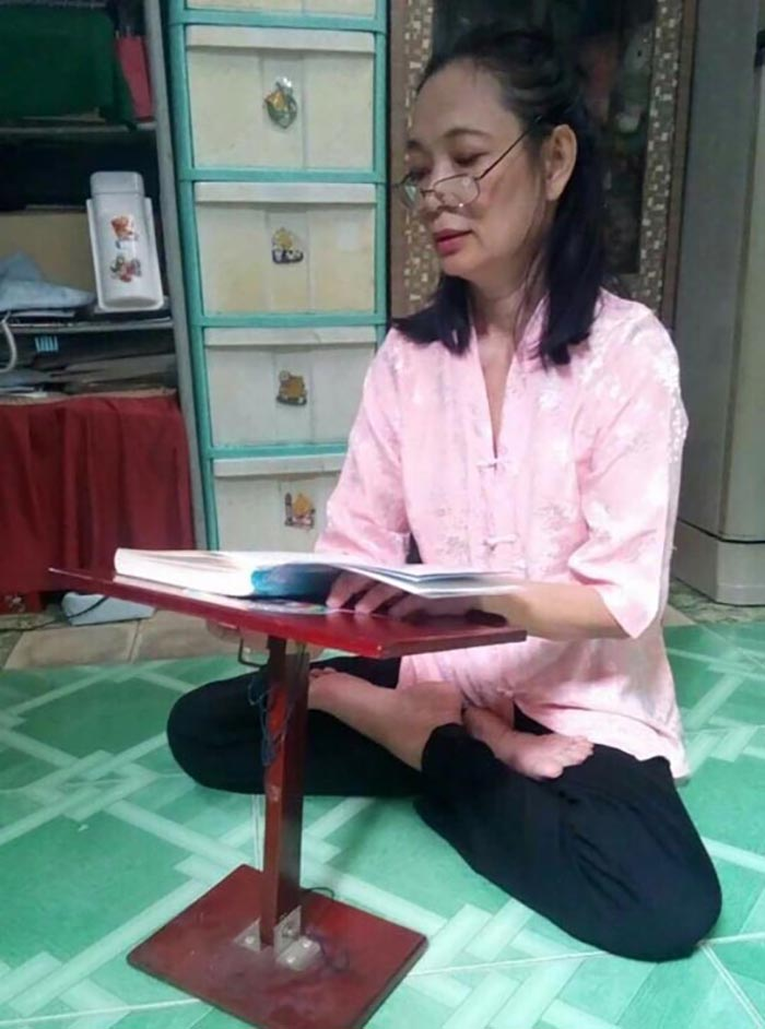 """Nguyen Thi Lanh lê o livro """"Zhuan Falun"""" (DKN.tv)"""