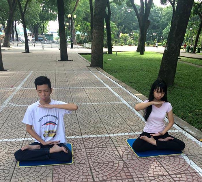 Os dois filhos de Lanh praticam o quinto exercício do Falun Gong (DKN.tv)