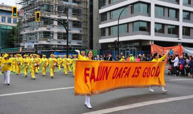Praticantes do Falun Gong fazem desfile (Minghui.org)
