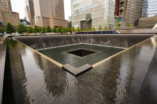 Nos dias e semanas que antecederam o 11 de setembro, muitas pessoas supostamente tiveram sonhos precognitivos ou sentiram um desastre eminente. Na foto, o momumento próximo ao World Trade Center em Nova York (Epoch Times)