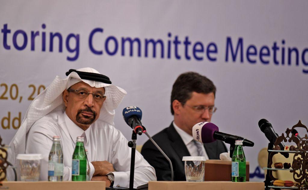 Khaled al-Faleh (esq.), o ministro saudita da energia, e Alexander Novak (dir.), o ministro russo da energia, participaram de uma reunião de membros da OPEP e de não membros da OPEP para avaliar o cumprimento dos cortes de produção e discutir a cooperação em longo prazo em Jeddah, Arábia Saudita, em 20 de abril de 2018 (Amer Hilabi/AFP/Getty Images)