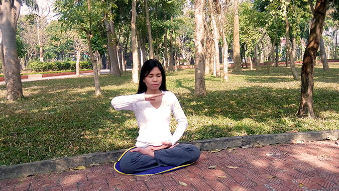 """""""Eu comecei a praticar os cinco exercícios do Falun Dafa com minha mãe em um parque próximo, com isso todo o meu corpo parecia leve como uma pena. Eu podia sentir a energia positiva através do meu corpo e nunca tirei uma licença médica depois disso"""" (DKN.tv)"""
