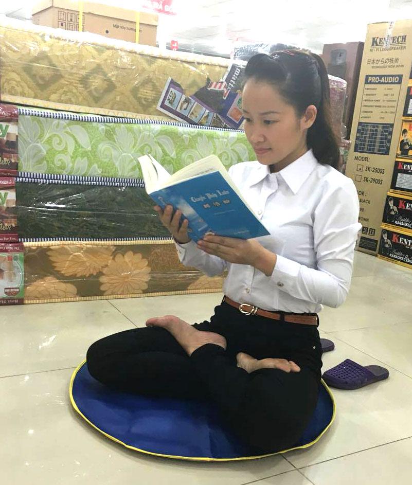 Eu fui em todas as reuniões para ler o livro Zhuan Falun. Eu lia o livro na loja quando estava trabalhando fora (DKN.tv)
