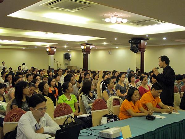 Dr. Dao Huy Phong palestrando em um congresso de nutrição de saúde pública (DKN.tv)