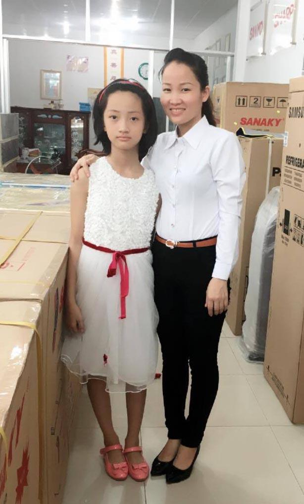 A autora Nguyen Thi Tuoi ao lado de sua filha após sua recuperação (DKN.tv)