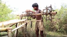 Menino cria ferramentas intrincadas usando apenas materiais naturais e técnicas primitivas – o resultado é espetacular