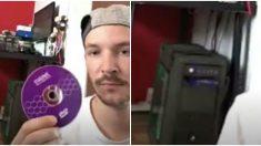 Homem joga um CD casualmente para trás em seu computador – onde o CD chega não é um acaso