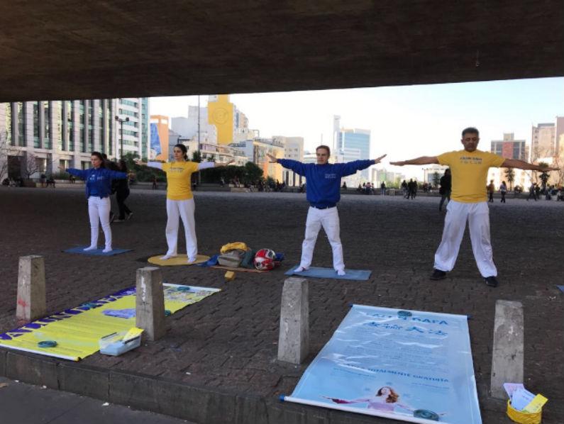 A prática gratuita de Falun Dafa acontece mensalmente em frente ao MASP, em São Paulo (Gilberto Maia)