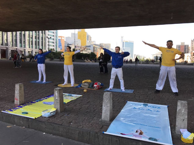 Praticantes de Falun Dafa praticam os exercícios em frente ao MASP em São Paulo (Gilberto Maia)