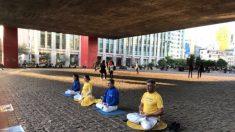 Prática de meditação gratuita em frente ao MASP em São Paulo