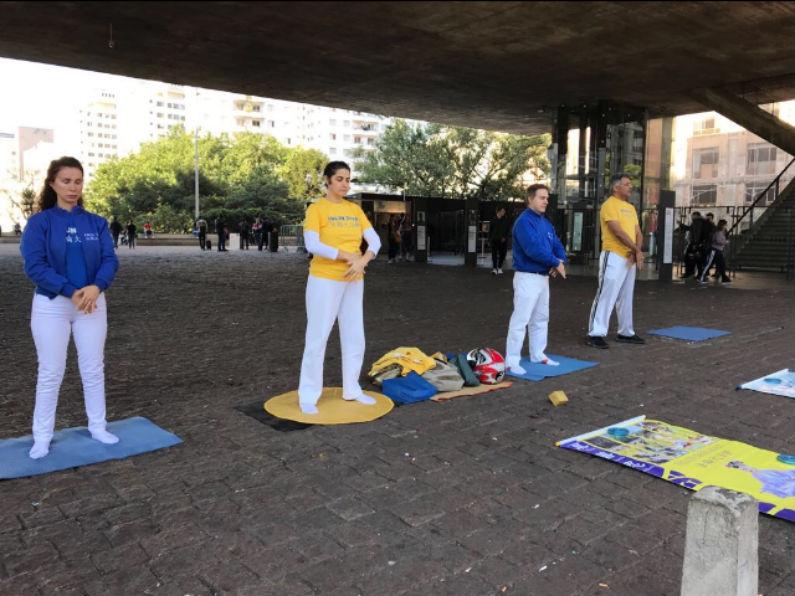 Devido ao grande sucesso do Falun Dafa na China, em 1999, após de 7 anos de seu início, a prática já contava na época com cerca de 100 milhões de pessoas, e devido a isso, começou a ser perseguida e difamada pelo Partido Comunista Chinês (Gilberto Maia)