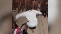 Menina faz movimentos ousados de dança e rouba a atenção do público
