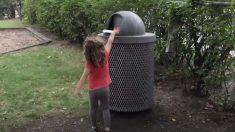 Menina corre em direção ao lixo mas quando ela se aproxima algo inesperado salta lá de dentro