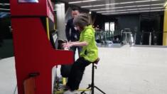 Menina de 9 anos toca piano público e deixa platéia de Londres impressionada