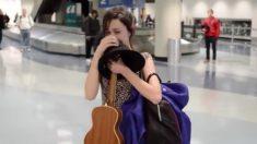 Pessoas aleatoriamente começam a cantar para mulher no aeroporto. Quando ela percebe o que está acontecendo – ela desaba em lágrimas