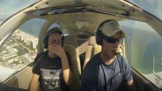 Casal está em um avião quando outro avião passa – mas o que a garota vê por trás dela a deixa em lágrimas