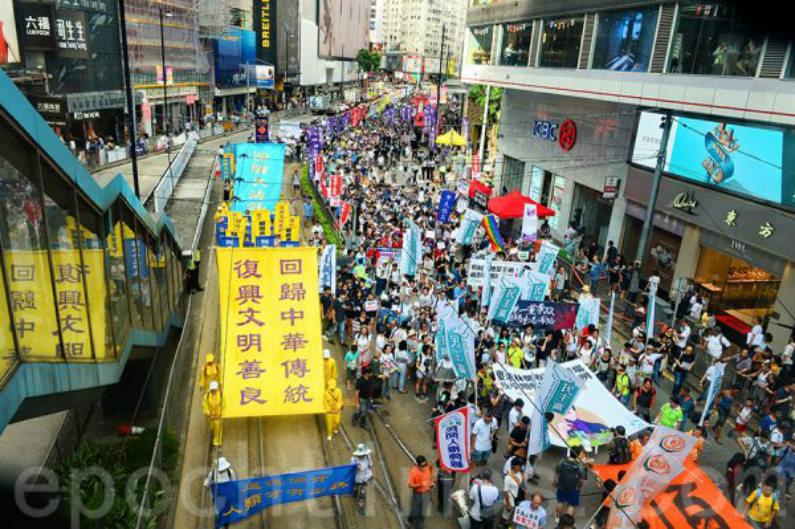 Praticantes do Falun Gong levantam gigantesca bandeira amarela pedindo a restauração da cultura tradicional chinesa em Hong Kong em 1º de julho de 2018 (Song Bilong/Epoch Times)