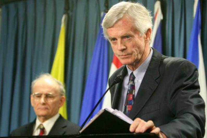 David Kilgour, ex-secretário de Estado canadense para a Ásia e Pacífico, apresenta um relatório revisado sobre o assassinato contínuo de praticantes do Falun Gong na China com a finalidade da extração de seus órgãos, e ao fundo está o co-autor do relatório David Matas, em 31 de janeiro de 2007 (Epoch Times)