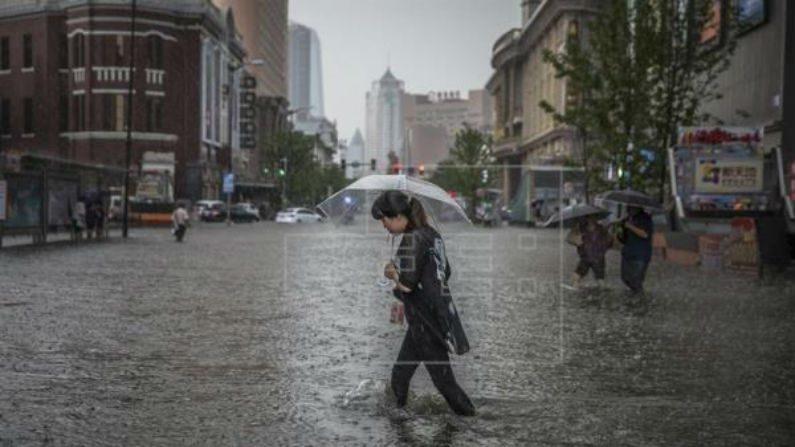 Chuvas deixam 16 mortos e mais de 100 mil evacuados na China