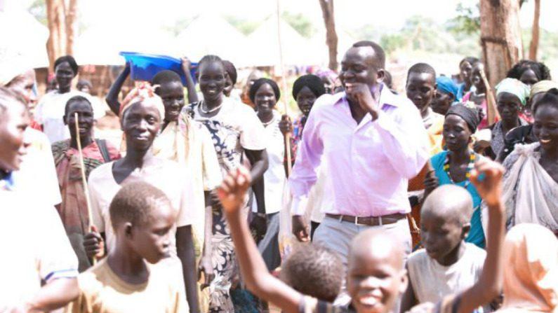 Homem que fugiu do Sudão quando criança agora retorna para ajudar seus conterrâneos
