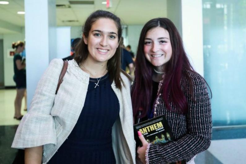 Brittany Misiora (esq.), de 17 anos, e Isabel Chism, de 18, assistem ao Encontro de Lideranças do Ensino Médio, um evento organizado pela Turning Point USA na Universidade George Washington em Washington, em 26 de julho de 2018 (Charlotte Cuthbertson/Epoch Times)