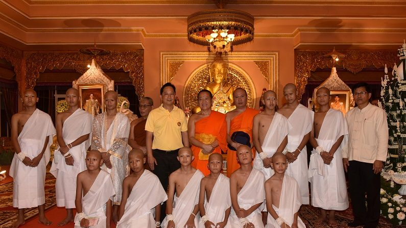 Meninos tailandeses resgatados iniciam cerimônia para se tornarem monges budistas