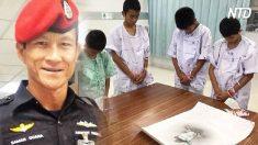 Meninos tailandeses resgatados homenageiam mergulhador que morreu para salvá-los