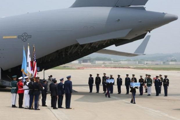 Guarda de honra da ONU carrega caixas contendo restos de soldados norte-americanos mortos durante a Guerra da Coreia de 1950-53 depois de chegar da Coreia do Norte, na base aérea de Osan, em 27 de julho de 2018 em Pyeongtaek, Coreia do Sul (Ahn Young-Joon–pool/Getty Images)