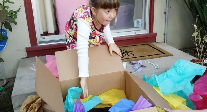 Menina de seis anos abre seu último presente de aniversário e fica sem palavras