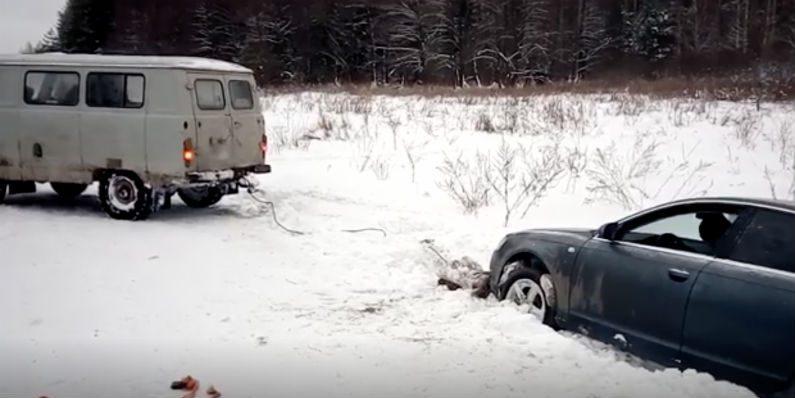 Kombi tenta rebocar carro atolado na neve