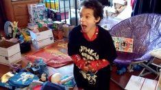 Menino solta grito de alegria ao abrir o último presente de natal