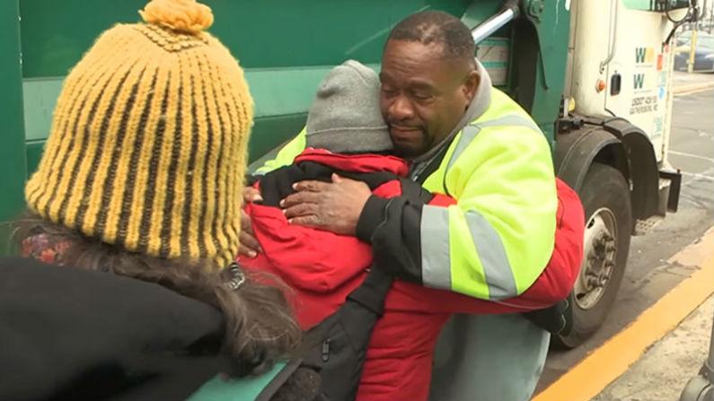 Lixeiro decide ajudar os sem-teto depois de presenciar família vivendo atrás de lixeira